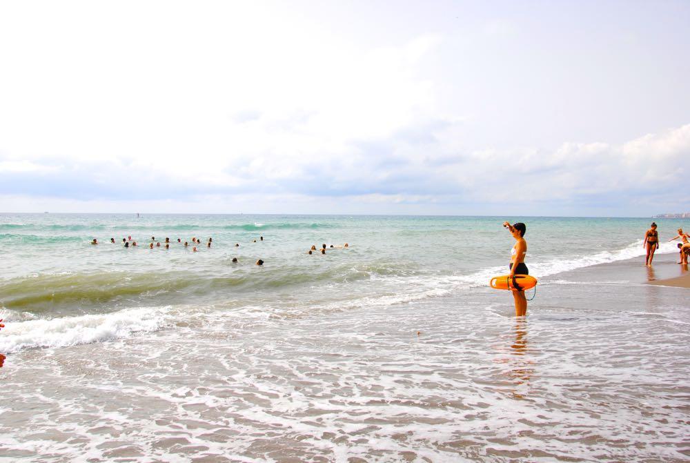 """Hvert nytt skoleår, i oppstartsuken, arrangerer Den Norske Skolen, Malaga en """"Bli kjent dag"""" på Carvajal stranden. Stranddagen gir elevene en god start for nye vennskap. Der kan de slappe av leke, prate og slik bli kjent med hverandre."""