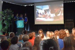 Representantene fra Unicef (Hiba, Anisa og Teresa) snakker om sitt viktige arbeid for at alle barn skal få skolegang. De viser film fra en skole i Afrika.