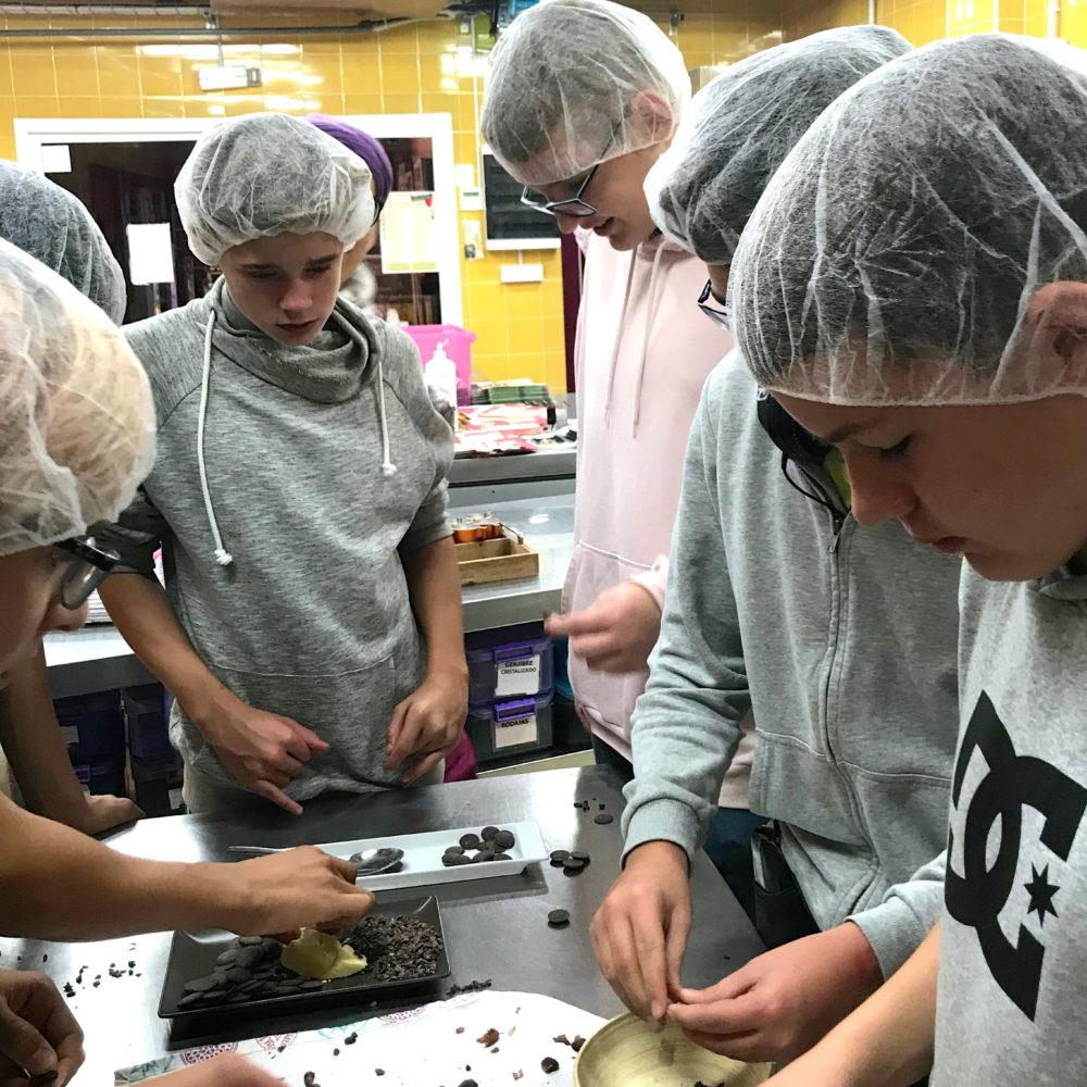 På ekskursjon til sjokoladefabrikken i Mijas, fikk elevene bl.a. knuse kakaobønner og lage egen kakao. Skolen bruker nærområdet og henter inn ekspertise der det er mulig, for å gjøre læringsprosessene virkelighetsnære og spennende.