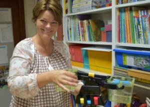 Vigdis tok initiativ og kjøpte inn mattekonkreter til til skolen vår. Nå er det mye mattemorro i hyllene på lærerværelset. Det er bare å glede seg! Her viser hun fram ei vekt som hun mener er spesielt fin å bruke i mattetimene.